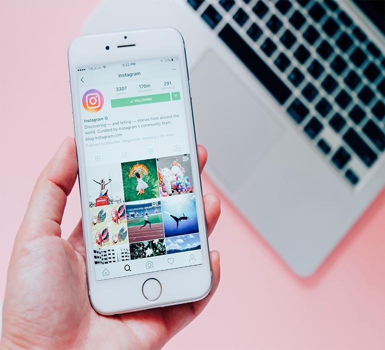 Вопреки расхожему убеждению, пользоватьсяинстаграмомс коммерческими целями намного удобнее с компьютера, а не с телефона. Особенно в том случае, если вы работаете с двумяаккаунтами. Но все равно, размещенныйконтентстоит просматривать и с мобильных устройств